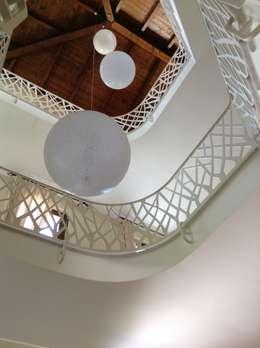 Sobrietà ed eleganza in una residenza irpina: Case in stile in stile Moderno di Mariella Ansaldi architetto
