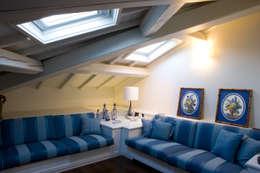 soggiorno mansarda: Soggiorno in stile in stile Classico di archbcstudio