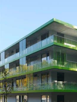 Studentische Wohnen Wildau Fassade mit Laubengängen: minimalistische Wohnzimmer von SEHW Architektur GmbH