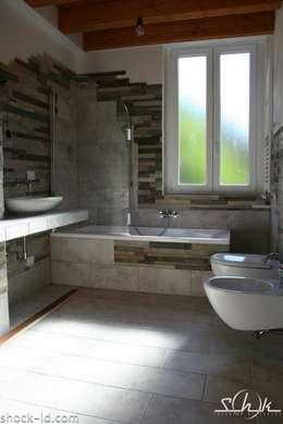 Baños de estilo rústico por Shock-Id