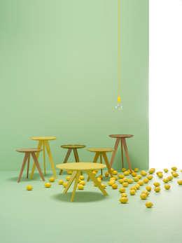 Möller Design Woody Hill Beistelltisch: moderne Wohnzimmer von KwiK Designmöbel GmbH