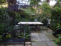 Regent's Park House - Aralia Garden Design: classic Garden by Aralia