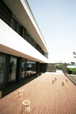 Stone Wall House  제주 돌담집: HBA-rchitects의  발코니, 베란다 & 테라스