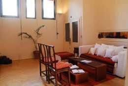 Salas / recibidores de estilo ecléctico por Parrado Arquitectura