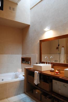 Baños de estilo ecléctico por Parrado Arquitectura