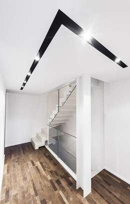 BALLATOIO: Ingresso & Corridoio in stile  di Andrea Stortoni Architetto