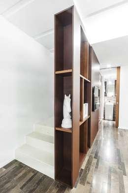 Pasillos y vestíbulos de estilo  por Andrea Stortoni Architetto