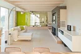 Luce Pietra Acqua: Soggiorno in stile in stile Moderno di studio aica progetti