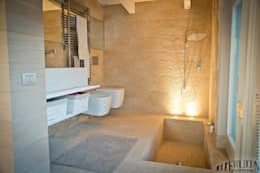 Luce Pietra Acqua: Bagno in stile in stile Moderno di studio aica progetti