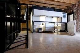 e+m 53: Cucina in stile in stile Moderno di estudoquarto s.r.l.