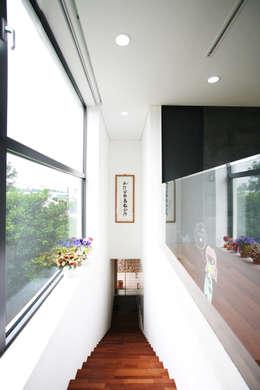 Stone Wall House  제주 돌담집: HBA-rchitects의  복도, 현관 & 계단