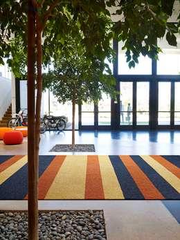 Parede e pavimento  por Interface Deutschland GmbH