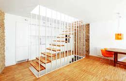 Pasillos y hall de entrada de estilo  por M2ARQUITECTURA
