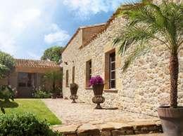 Fachada imitacion piedra : Paredes y suelos de estilo rústico de ARQUE PIEDRA RECONSTITUIDA SL