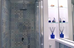 Baños de estilo mediterraneo por lauraStrada Interiors