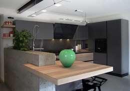 MQ kitchen: Cucina in stile  di Miquadra design