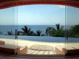 Casa Mariposa: Albercas de estilo topical por arqflores / architect