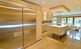 Cucina in stile in stile Moderno di Diane Berry Kitchens