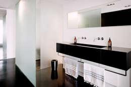 atelier d'architecture Yvann Pluskwa: minimal tarz tarz Banyo
