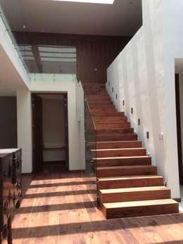Casa en El Pedregal: Pasillos y recibidores de estilo  por Revah Arqs