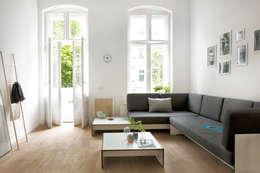 RIVA Lounge: skandinavische Wohnzimmer von conmoto
