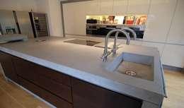 Arbeitsplatte aus Beton: moderne Küche von material raum form