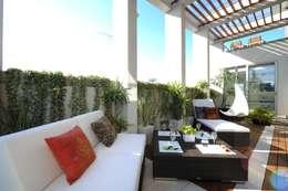 リゾートのようなバルコニー: TERAJIMA ARCHITECTSが手掛けたテラスです。