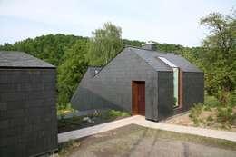 Straßenseite: moderne Wohnzimmer von F29 ARCHITEKTEN GMBH