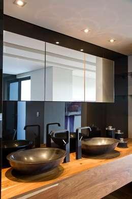 moderne Badkamer door Nico Van Der Meulen Architects