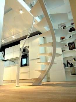 Escalier design Triangle: Couloir, entrée, escaliers de style de style Moderne par La Stylique