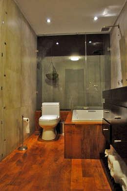 Baños de estilo industrial por CORTéS Arquitectos