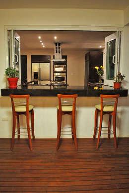 20 tipos de sillas y bancos para una cocina con mucho estilo for Sillas tipo bar en madera