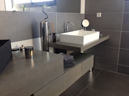 Salle de bain en chêne teinté gris: Salle de bains de style  par Myriam Galibert Amenagement