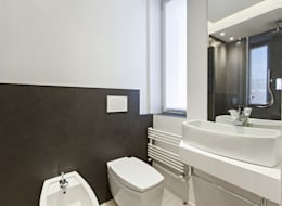 Baños de estilo moderno de Arch. Andrea Pella