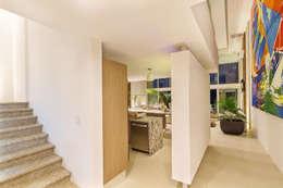 Casa JLM: Pasillo, hall y escaleras de estilo  por Enrique Cabrera Arquitecto