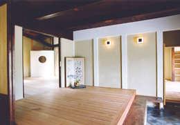 優しく迎え入れる玄関: 株式会社古田建築設計事務所が手掛けたリビングです。