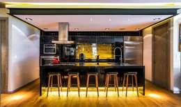 Cocinas de estilo ecléctico por Sobrado + Ugalde Arquitectos