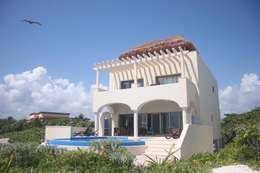 TRES AMIGOS: Casas de estilo mediterraneo por axg arquitectos