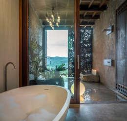 Banheiros rústicos por ZEST Architecture