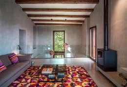 Salas de estar rústicas por ZEST Architecture