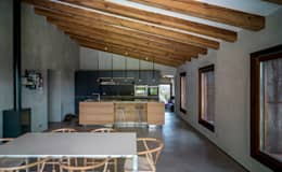 Salas de jantar rústicas por ZEST Architecture