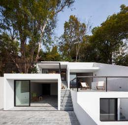 10 fachadas de casas con garaje que te van a encantar for Casas minimalistas modernas con cochera subterranea
