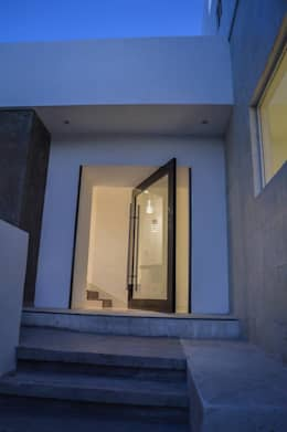 Projekty, nowoczesne Okna i drzwi zaprojektowane przez Superficie Actual