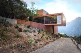 Casas de estilo moderno por P+0 Arquitectura