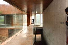 Couloir et hall d'entrée de style  par P+0 Arquitectura