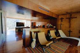 Casa Narigua : Recámaras de estilo rústico por P+0 Arquitectura