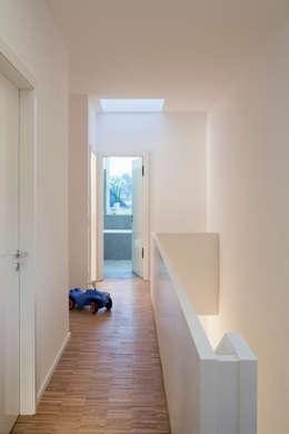 Klein und goßzügig - Neubau eines Einfamilienhauses in Berlin:  Flur & Diele von Maedebach & Redeleit Architekten