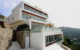 Casa blanca: Casas de estilo moderno por BNKR Arquitectura