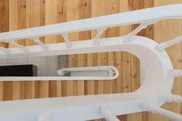 Pasillos y recibidores de estilo  por Tiago do Vale Arquitectos