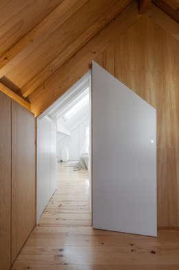 Tiago do Vale Arquitectos: eklektik tarz tarz Giyinme Odası